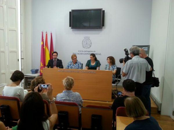 En la mesa durante la rueda de prensa, el director de la ETSIA de la UPCT, las concejalas de Educación y Juventud, y la responsable de divulgación del proyecto LIFE+ Garbancillo