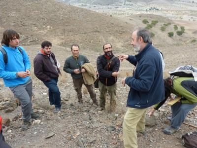 Explicación in-situ sobre las estructuras geológicas visibles en el Cabezo Negro de Los Pérez