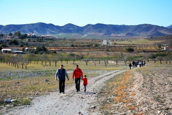 02_Figurantes del videoclip, todos ellos vecinos, socios de la ECUGA y conservadores del Astragalus nitidiflorus acuden al Alto de Las Cutandas para tomar escenas de plantación
