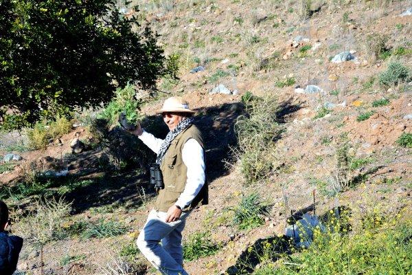 15_ De igual manera que imaginamos que le sucedería a Francisco de Paula Jiménez Munuera, el botánico del videoclip muestra una enorme satisfacción por encontrar la especie Astragalus nitidiflorus
