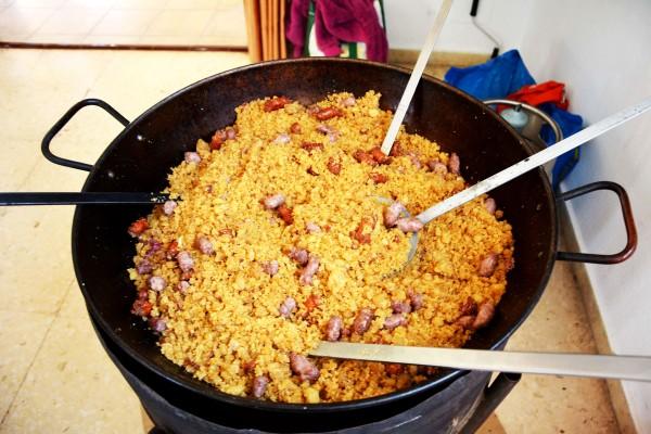 22_ Como el videoclip se desarrolla en el oeste de Cartagena (Tallante, Los Puertos, etc), la gastronomía tradicional del lugar recomienda hacer unas buenas migas para todos los asistentes. Satur tuvo la bondad que ofrecerlas