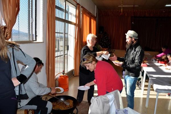 22_ Por supuesto que los artistas de Materia Primo estuvieron encantados con las migas que elaboró Satur, propietario de terrenos, vecino e incansable colaborador de la AAVV de Tallante