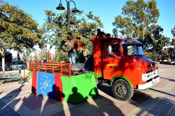 26_ Montando el Astragalus Escenariomovil sobre el camión Ebro del año 1968