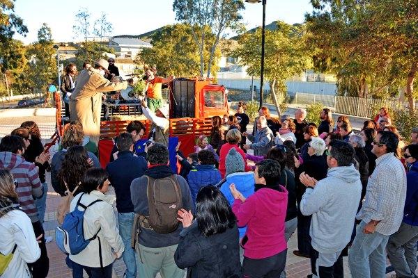 29_ El final del día resultó apoteósico, el grupo Materia Primo acompañado de vecinos muy animados e intérpretes muy originales