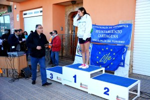 10k6 Cat. joven, 1ª posicion. Maria Dolores Matutana. Entrega el premio Antonio Conesa Carrascosa de la Junta Vecinal Aljorra