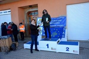 22k Categoría absoluta femenino. Ganadora Carmen Evangelista. Entrega premio Juana Mayordomo, Presidenda ECUGA