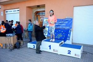 22k Cat. senior femenino. 1ª Marta Garrido Sevilla. Entrega el premio el Presidente de la AAVV de La Aljorra