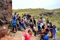 Los corresponsales realizan una parada junto a una sección volcánica de interes interpretativo