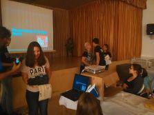 La Presidenta de la AAVV de Tallante realiza la entrega de premios a los Corresponsales ganadores del concurso de minivideos